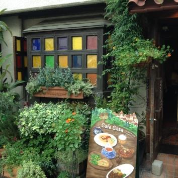 店の看板とフォーステーンドグラスの窓、カフェカサ、渋谷の神宮前、東京 shop sign and faux stained glass window - cafe casa - jingu-mae, shibuya