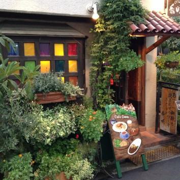 店の看板とフォーステーンドグラスの窓とフォースパニッシュタイルの屋根、カフェカサ、渋谷の神宮前、東京 shop sign and faux stained glass window - cafe casa - jingu-mae, shibuya